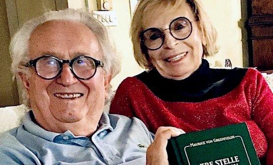 I Santin a casa loro con la copia del libro Tre stelle Michelin che li vede tra i personaggi protagonisti, raccontati dall'autore Maurice von Greenfields per l'editore Maretti di Imola