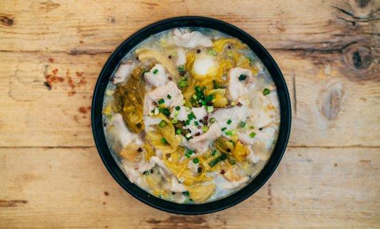 FIletto di carpa con verdure e peperoncino in salamoia, cotto in brodo aromatizzato con sesamo ed erbe cipollina