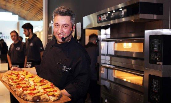 Alessandro Coppari prepara una delle sue pizze ormai famose