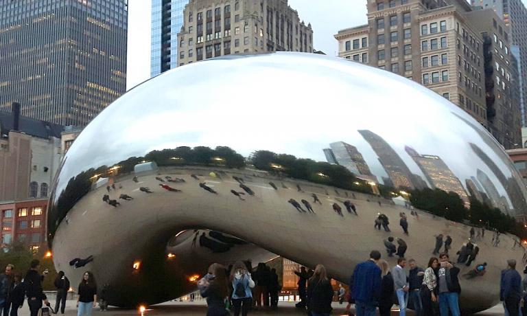 The Bean, il fagiolo, in pochi anni è diventato la scultura simbolo della città di Chicago. Il suo vero nome sarebbe Cloud Gate, una nuvola per cancello, ma nessuno la chiama così. Disegnata da Anish Kapoor, è stata eretta nel Millennium Park tra il 2004 e il 2006, grazie a 168 lastre unite tra loro da saldature invisibili. Pesa più o meno 100 tonnellate e misura 10 metri per 20 per 13. L'arco al suo interno è alto 3,7 metri ed è stato chiamato l'ombelico. Il fagiolo accompagna ogni trasferta di Identità a Chicago, con la terza edizione fissata per l'1 e il 2 ottobre