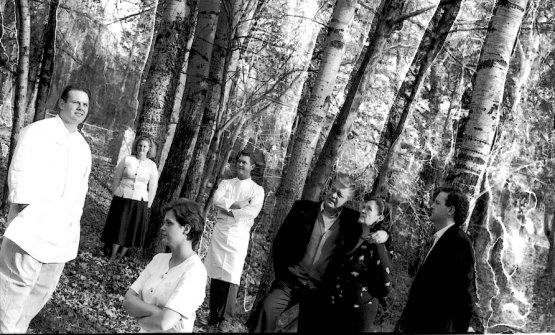 Una delle rare foto che vede riuniti una ventina di anni fa due generazioni di Cerea a iniziare da Vittorio che cinge Bruna, l'amore di una vita troppo breve. Con loro i cinque figli, Bobo sulla sinistra e Francesco a destra, Barbara sullo sfondo, appoggiata a un albero, e sua sorella Rossella di profilo in primo piano, al centro infine Chicco
