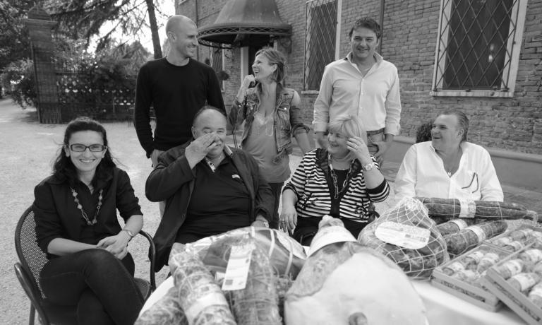 Tra le novità più interessanti dell'area espositiva di Identità Milano2017, ci sarannoi salumidel Salumificio Pedrazzoli di San Giovanni del Dosso (Mantova). L'azienda, a conduzione famigliare, è stata fondata nel 1951. Nella foto, da sinistra a destra, si riconoscono, in piedi i figli Emanuele edElisa Pedrazzoli con il cugino Luca. Seduti, da sinistra, Katia, il capofamiglia Mauro con la moglie Laura e il fratello Stefano