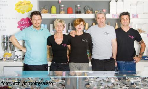 La squadra di Al Settimo Gelo, due gelaterie nel Bolognese: da sinistra�Stefano Tarquinio, la compagna Elisa Mascagna, la mamma Loretta, il padre Vincenzo,  e Dean Buratti che lavora al banco (foto gentilmente�concessa da Dolcesalato)
