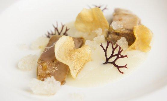 Faraona pochè nel Laudemio, crema e chips di topinambur, alga gigartina e ice-lime, uno dei due piatti presentati daMarco Stabile