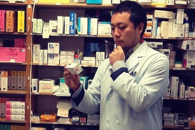 Una curiosa immagine di Yoji Tokuyoshi,�ex sous chef di Massimo Bottura, in camice da farmacista:�aveva studiato per diventarlo, come tutti nella sua famiglia, poi ha prevalso il suo animo ribelle e...