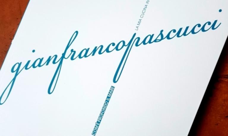 La copertina diCom'è profondo il mare, illibro di Gianfranco Pascucci pubblicato da Gambero Rosso GRH nella collana I Grandi Chef