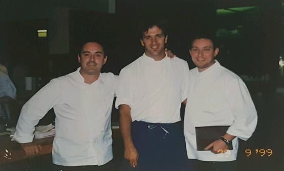 Una foto storica, che ritrae un giovane Davide Oldani, al centro, tra Ferran e Albert Adrià. Nessun dubbio sulla data, è indicata in basso a destra: 29 settembre 1999