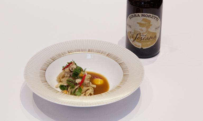 Linguina fresca Grani Antichi anguilla alla brace, sugo di pollo arrosto, albicocche ed erbediLuca Ferrari, sous chef del ristoranteI Fontanilidi Gallarate (Varese)