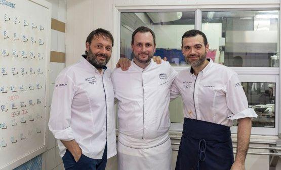 Ugo Alciati con i due suoi colleghi impegnati nella cena di gala finale,Michael Reisdel ristoranteJohannsdi Waldkirchen, in Germania, e l'altro italianoAndreaCamastra, del Senses di Varsavia