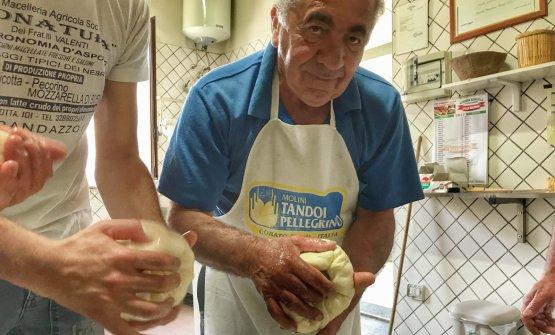 Giuseppe Valenti, e le sue mani esperte, che modellano Provole da quando era bambino