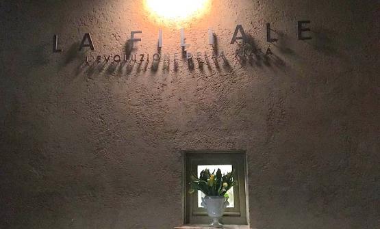 L'insegna della pizzeria che Franco Pepe ha aperto all'interno dei giardini dell'Albereta in Franciacrota (Brescia). Non porta il suo nome. Si chiama infatti La filiale - L'evoluzione della pizza. Foto di Paolo Marchi