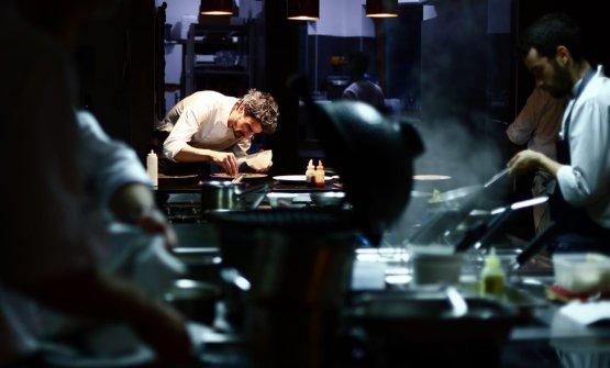 Lo chef Filippo Baroni al lavoro in cucina