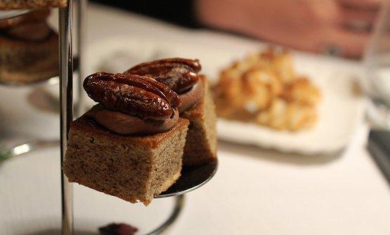 Finanziera di noce pecan e caffè con cremoso al cioccolato e pepe nero e pecan caramellata