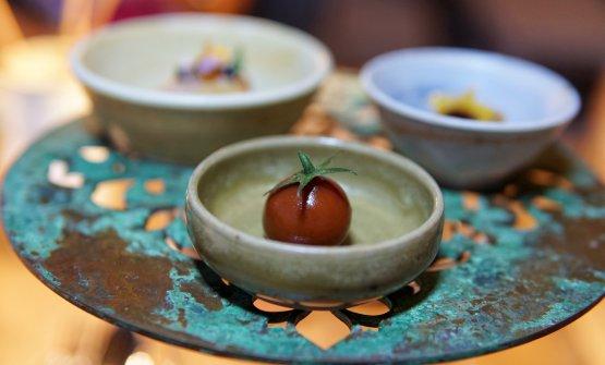Finto pomodorino di patè d'anatra ricoperto di pellicola al pomodoro