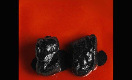 Il Rosso e il Nero, una preparazione di rana pescatrice ispirata all'arte diLucio Fontana