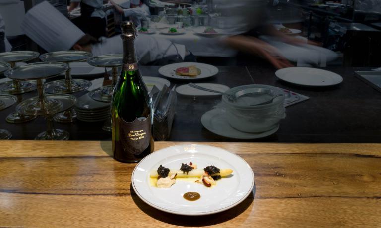 Asparago bianco, mandorle e caviale: il primo piatto del menu speciale per Dom Pérignon P2