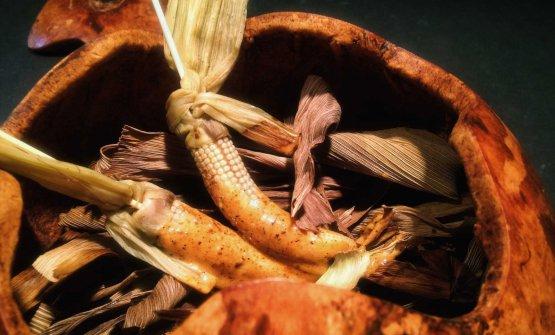 Pannocchia di mais con maionese di formica chicatana, caffè e chile costeño, piatto simbolodi Enrique Olvera (foto chilango)