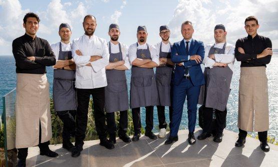 Lo chef Angelo Carannante e la sua brigata sulla terrazza del Caracol