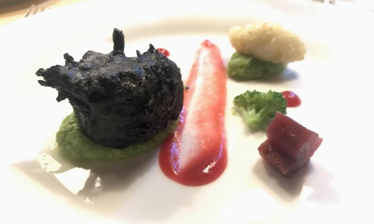 Filetto di baccalà in tempura al nero di seppia, riduzione di ostriche e Martini Dry, vongole veraci alle erbe. Abbinato a T.N. 04 Bronner 2015 di Thomas Niedermayr