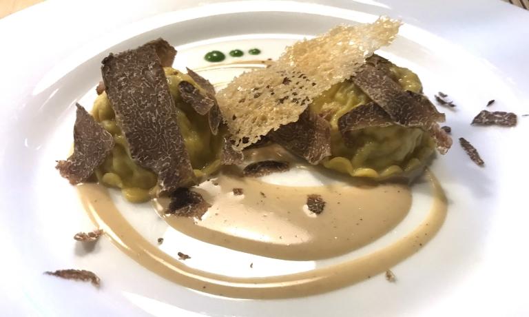Ravioli di faraona e verze, crema al Marsala e tartufo bianco. In abbinamento: Côtes du Jura Aop Fleur de Savagnin 2016, Domanine Labet. Un piatto di cui avremmo fatto volentieri il bis: emozionante la sfoglia, quanto delizioso il ripieno