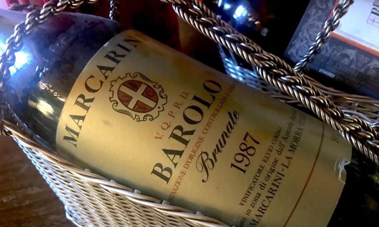 Il Barolo Docg Brunate 1987 di Marcarini, servito in abbinamento a Petto e coscia di piccione arrostiti. Una tra le duemiladuecento referenze di vino e le seicento di distillati, per un totale di circa tredicimila bottiglie, che sono custodite nella monumentale cantina del San Domenico