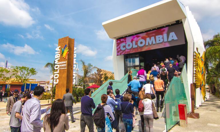 Fin dal primo giorno di Expo Milano 2015 il padiglione colombiano, disegnato da Manuel Villa Arquitectos di Bogot� insieme allo Studio Cardenas Conscious Design di Milano,�ha stimolato la curiosit� dei visitatori, che formano quasi costantemente delle piccole (e veloci) code sulla scala che conduce all'ingresso