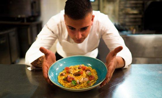 Lo chef nella cucina di Bioesserì Palermo