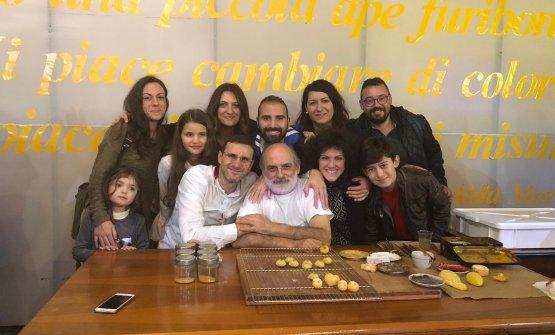 Corrado Assenza e quelli diCuore di Argante. C'è anche il vicepresidente della cooperativa, lo chef Salvatore Vicari, il primo in alto a destra