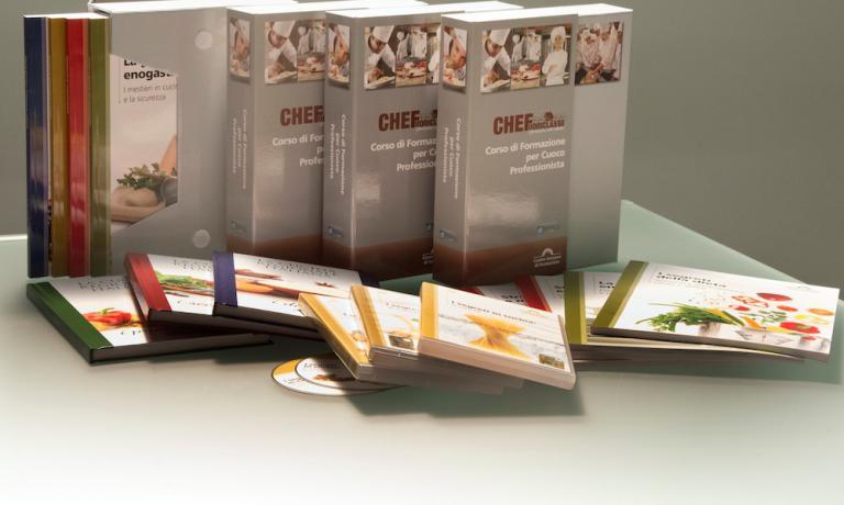 Il corso per Cuoco Professionista prevede 16 volumi-unità didattiche con esercizi e test di valutazione a distanza, 7 dvd e 3 volumi con ricette della tradizione regionale italiana