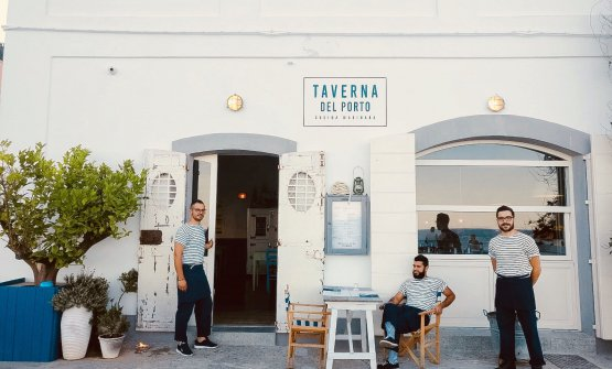 La brigata della Taverna del Porto davanti al locale