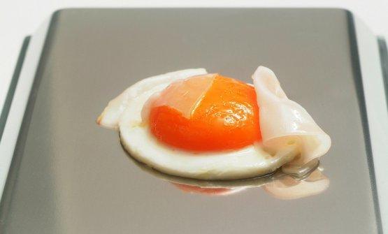 Le uova all'occhio di bue con lardo presentate da Pierangelini, a cucinarle era Baronetto dietro le quinte