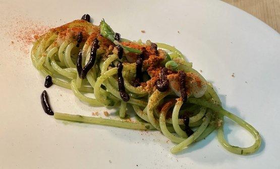 Spaghetti, crema di aglio, aglio orsino e aglio ne