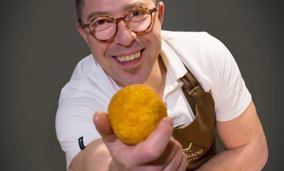 Rosario Umbriaco e un suo fantastico arancino che si può gustare nel suo locale di Enna