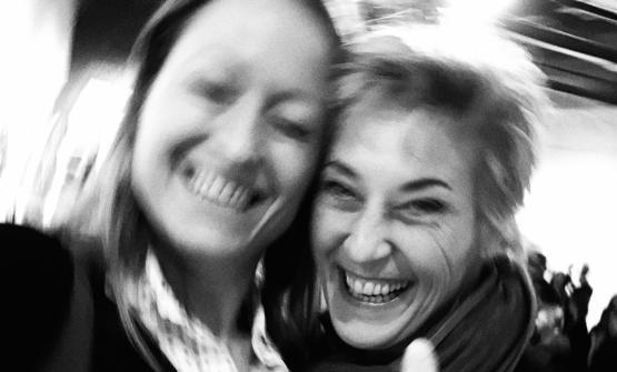 RAGGIANTI. Serena Serrani e Francesca Brambilla dopo la consegna del premio