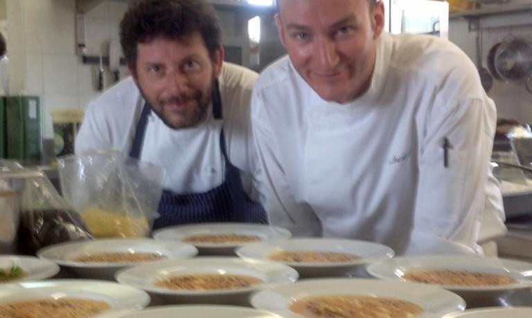 Luca De Santi insieme allo chef del Ratanà Cesare Battisti, ritratti proprio quando erano ospiti dell'Universitàdi Pollenzo