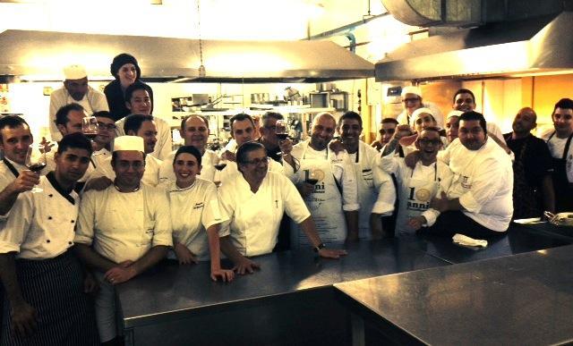 Una (piccola) parte della squadra di cucina che domenica scorsa ha cucinato al San Domenico Palace�di Taormina (Messina), per celebrare il decimo anniversario de�Le Soste di Ulisse, l'associazione che riunisce le eccellenze (ristoranti, hotel e cantine) di Sicilia. Seduto sul tavolo, sulla destra, si riconosce il padrone di casa, chef Massimo Mantarro�del�Principe Cerami, le pi� discrete 2 stelle Michelin d'Italia