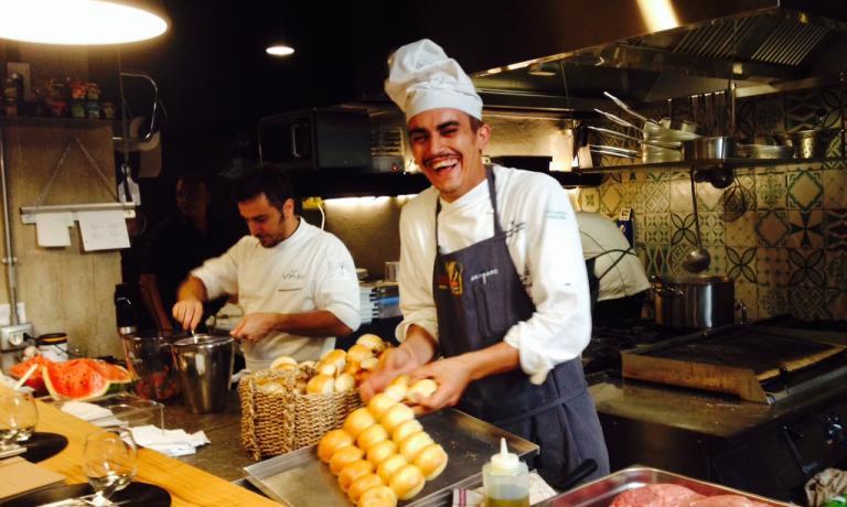 In primo piano, il cuoco napoletano Giovanni Sorre