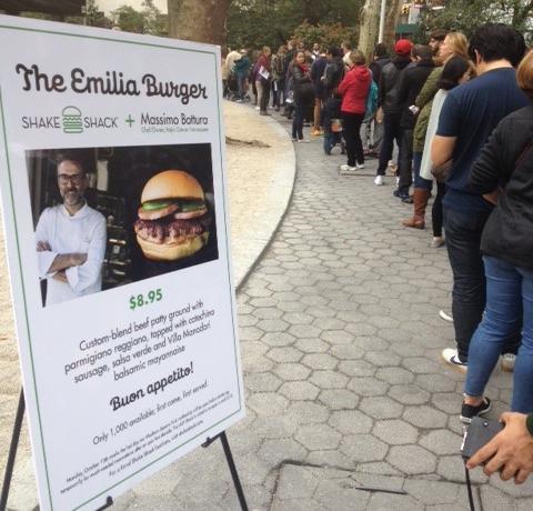 La coda ordinata di Madison Park. Ingredienti dell'hamburger Emilia: carnedi manzo, parmigiano reggiano, salsa verde, salsiccia di cotechino e maionese balsamica con aceto balsamico