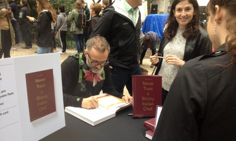 """Il cuoco firma al parco le copie di """"Never trust a skinny Italian chef"""", """"il mio primo libro in 28 anni"""" (Phaidon editore)"""