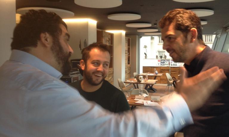 GIURATI. Antonino Cannavacciuolo, Alessandro Negrini e Andrea Berton scherzano nella pausa del concorso