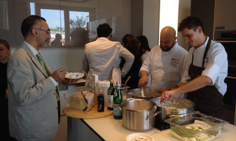 Schingaro ai tempi di Identità Expo: qui cucina con Gabriele Boffa, a sua volta nello steff, e a sua volta premiato oggi con la prima stella, come chef del team di Enrico Bartolini allaLocanda del Sant'Uffizioa Cioccaro di Penango (Asti)