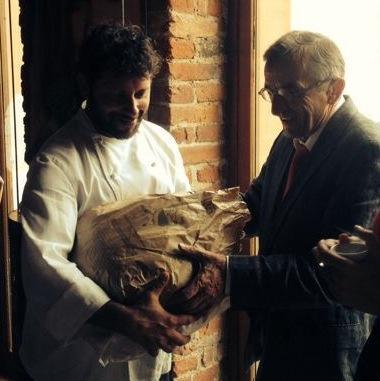 Battisti consegna a Bras il pane di Eugenio Pol