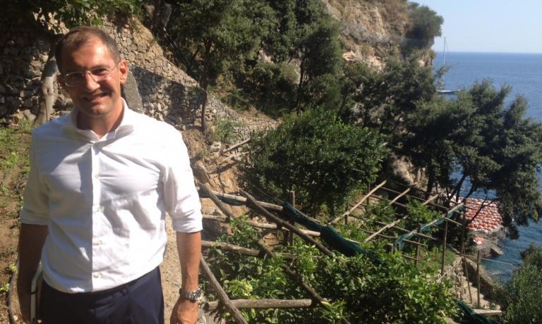 Con Andrea Zana, hotel operations managerdel San Pietro, sugli orti terrazzati dell'hotel