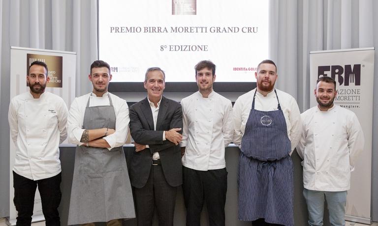 Alfredo Pratolongo, Presidente dellaFondazione Birra Moretti, al centro coni cinque semi-finalisti che non hanno passato la prima selezione dell'ottava edizione delPremio Birra Moretti Grand Cru