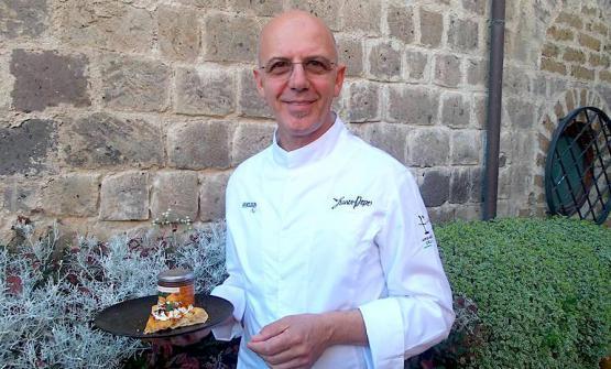 Franco Pepe con la sua nuova pizzaCrisommola, golosità con albicocche del Vesuvio