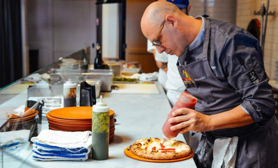 Franco Pepe in una foto tratta dal sito californiano The Taste SF che da San Francisco segue con attenzione quanto di meglio offre l'Italia. Il piazzaiolo di Caiazzo, il grembiule già indossato sul palco di Identità di Pizza 2014 a Milano, sta spiegando e preparando la sua pizza più famosa, la Margherita sbagliata(fotowww.thetastesf.com)