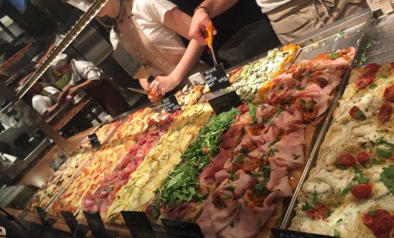Il bancone delle pizze alla romana di Bonci Chicag