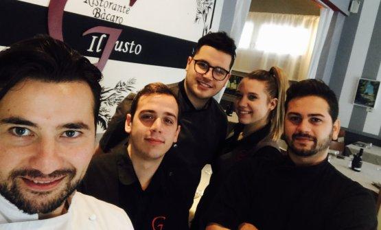 Lo staff del Bacaro Il Gustodi Fossò, Venezia, telefono +39.041.5170035. In giacca bianca, lo chef Alessio Boldrin