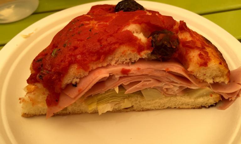 E DOPO L'ANTIPASTONE... Focaccia rossa, mortadella e carciofini sott'olio, uno dei panini (tutti a 6 euro) in carta Da Panino