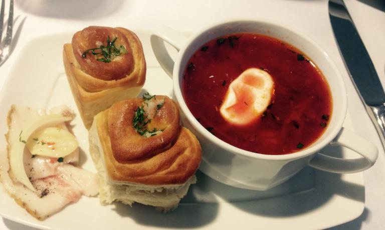 INTERMEZZO. Tra una lezione e l'altra, il borsch, piatto nazionale ucraino. Accanto, il pane da immergere copiosamente nella zuppa di bietole e cavoli